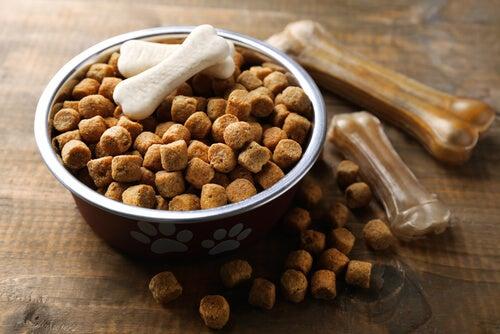 Nourriture sèche pour chiens avec os